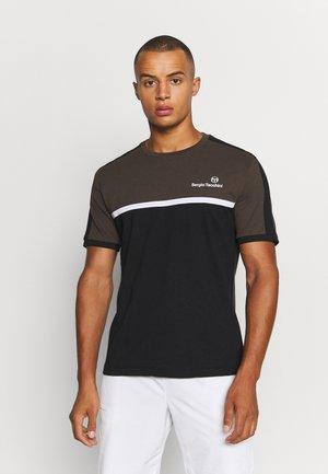 NOLWEN - Print T-shirt - olive/black