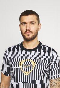 Nike Performance - DRY - T-shirts print - white/black/saturn gold - 3
