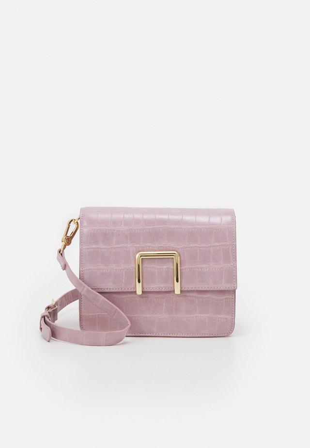 CROSSBODY BAG - Schoudertas - lilac