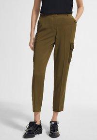 comma - MIT SPITZEN-DETAILS - Trousers - khaki - 0