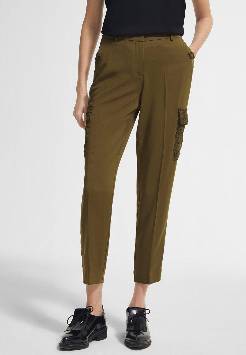 comma - MIT SPITZEN-DETAILS - Trousers - khaki