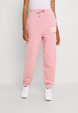COLLEGIATE PANT - Teplákové kalhoty - pink