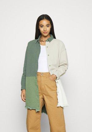 COLOURBLOCK OVERSIZED DRESS - Denimové šaty - green