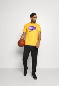 Nike Performance - NBA LA LAKERS DRY LOGO TEE - T-shirt imprimé - amarillo