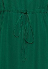 True Violet Petite - FIT AND FLARE MIDII DRESS - Denní šaty - emerald - 2