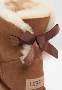 UGG - MINI BAILEY BOW - Stiefelette - chestnut - 9
