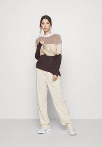 ONLY - ONLLILLO DRESS - Pletené šaty - woodsmoke/oatmeal mel/chicory coffe - 1