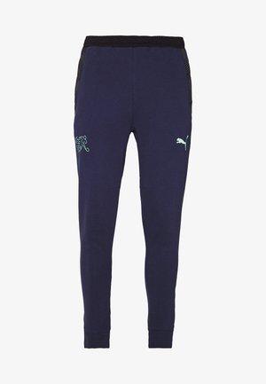 SCHWEIZ SFV CASUALS PANTS - National team wear - green glimmer/peacoat
