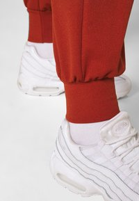 Missguided - JOGGER - Tracksuit bottoms - rust - 3