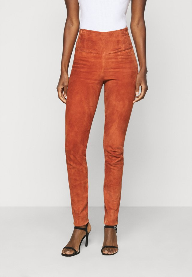 YASZEBA - Leather trousers - auburn