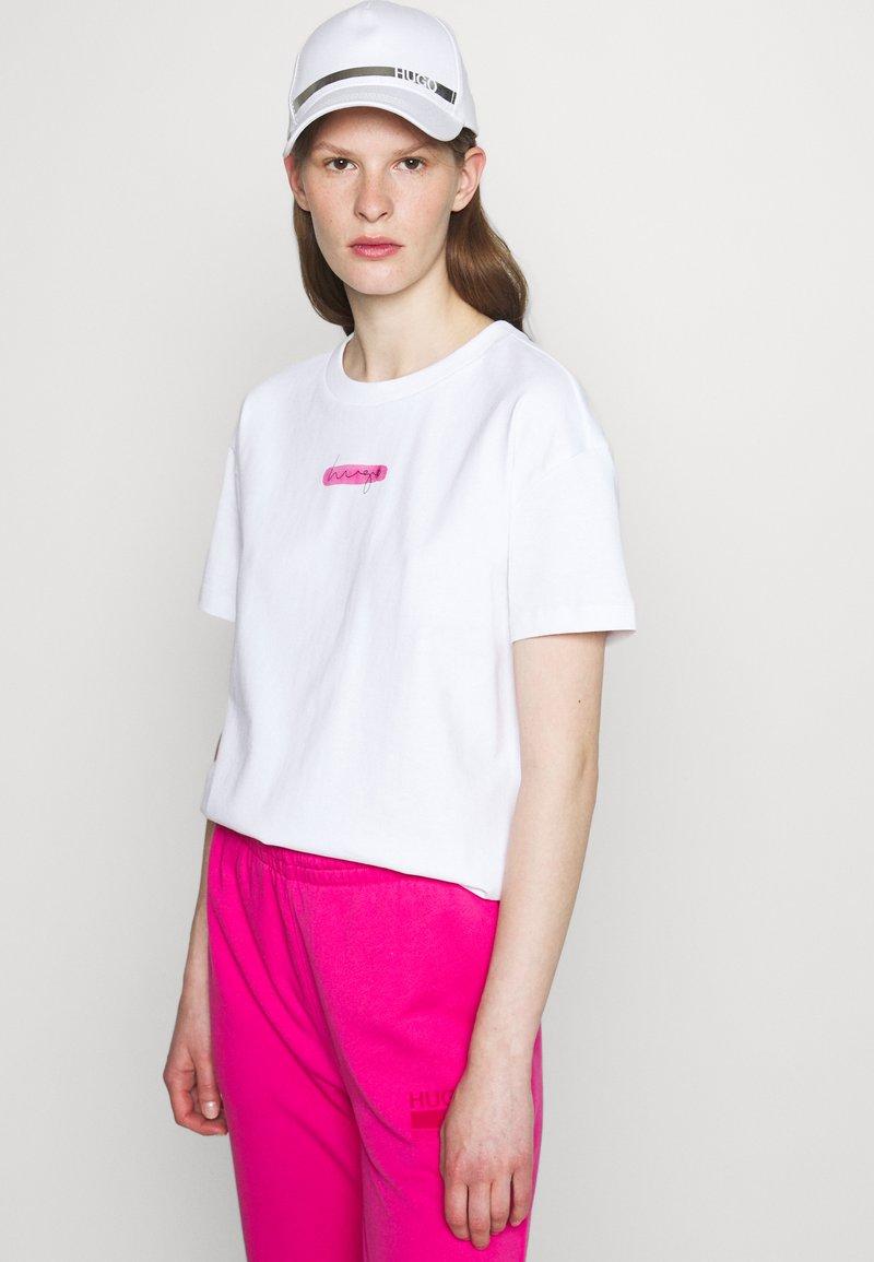 HUGO - THE BOXY TEE - Print T-shirt - open miscellaneous
