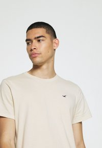 Hollister Co. - SOLID EXCLUSIVE 3 PACK - T-shirt basic - white/beige/olive - 6