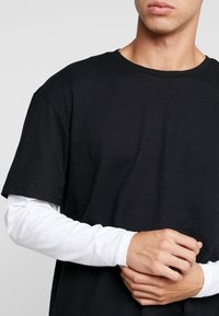 Urban Classics - OVERSIZED SHAPED DOUBLE LAYER TEE - Langærmede T-shirts - black/white - 5