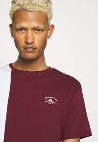 Newport Bay Sailing Club - SPLIT - Print T-shirt - burgundy/white - 3