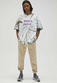 PULL&BEAR - Print T-shirt - mottled light grey - 1