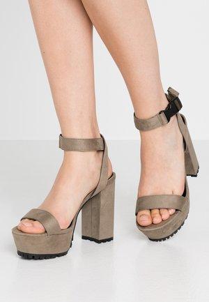 Sandaler med høye hæler - oliv