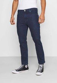 Tommy Jeans - DAD JEAN STRAIGHT - Jeans straight leg - oslo dark blue com - 0