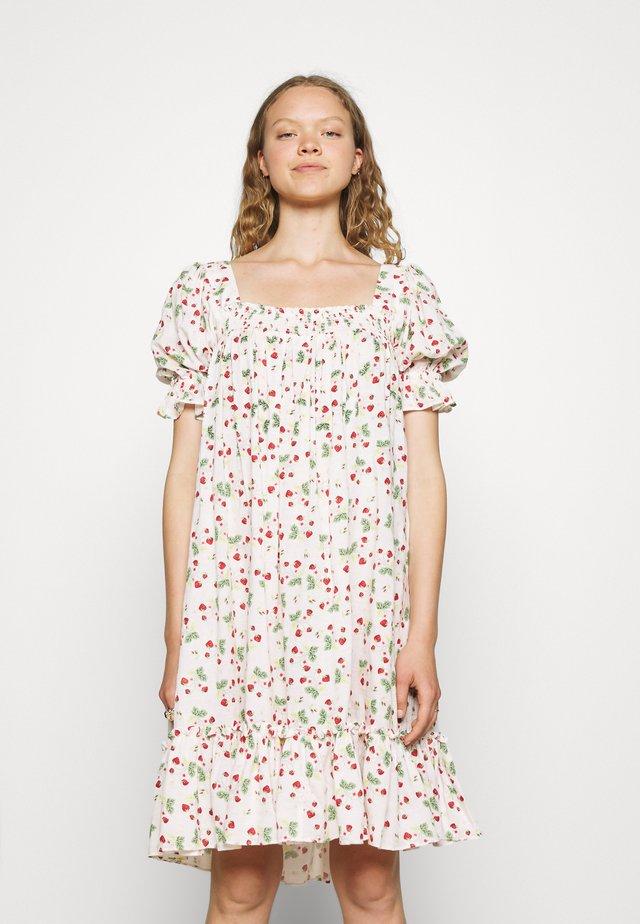 SMOCKING BABYDOLL DRESS - Vestito estivo - strawberries