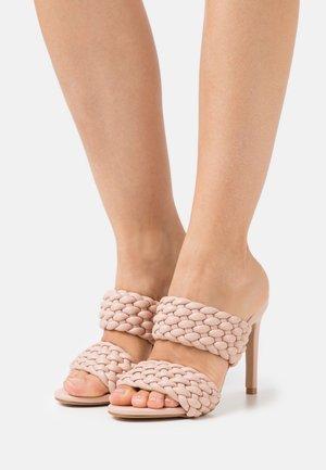 HAZEL - Pantofle na podpatku - nude