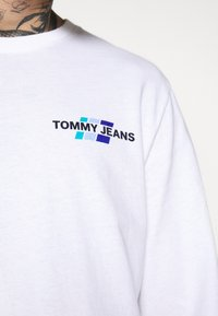 Tommy Jeans - BACK MOUNTAIN GRAPHIC TEE - Maglietta a manica lunga - white - 5