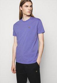 Vivienne Westwood - CLASSIC UNISEX - Basic T-shirt - lilac blue - 4