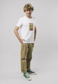 Brava Fabrics - SAFETY MATCHES - T-shirt print - white - 1
