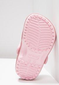Crocs - CLASSIC GLITTER - Sandały kąpielowe - blossom - 5