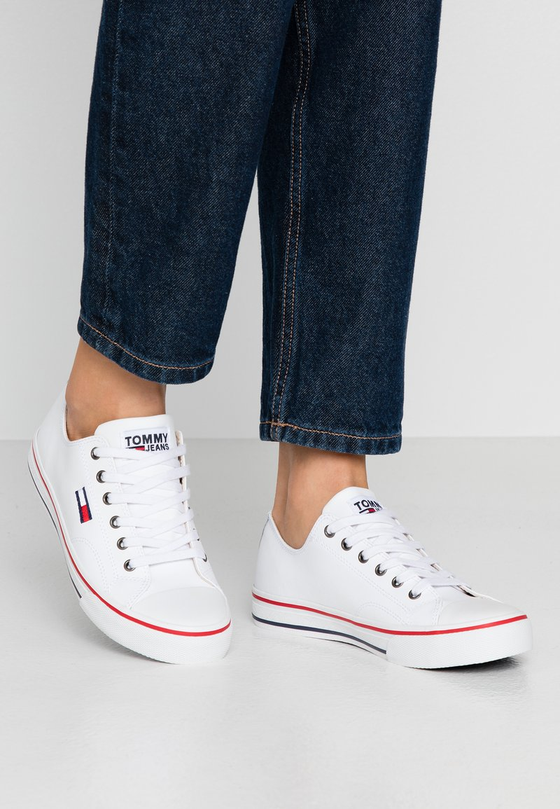 Tommy Jeans - WMNS LEATHER CITY SNEAKER - Matalavartiset tennarit - white