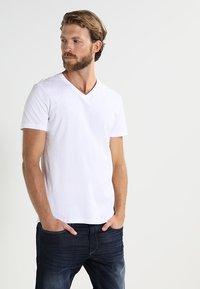 Pier One - 2 PACK - Jednoduché triko - white - 2