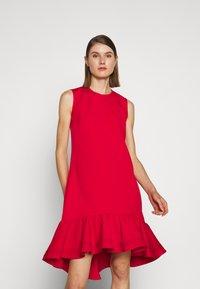 Victoria Victoria Beckham - PINTUCK FLOUNCE HEM SHIFT DRESS - Denní šaty - postbox red - 0
