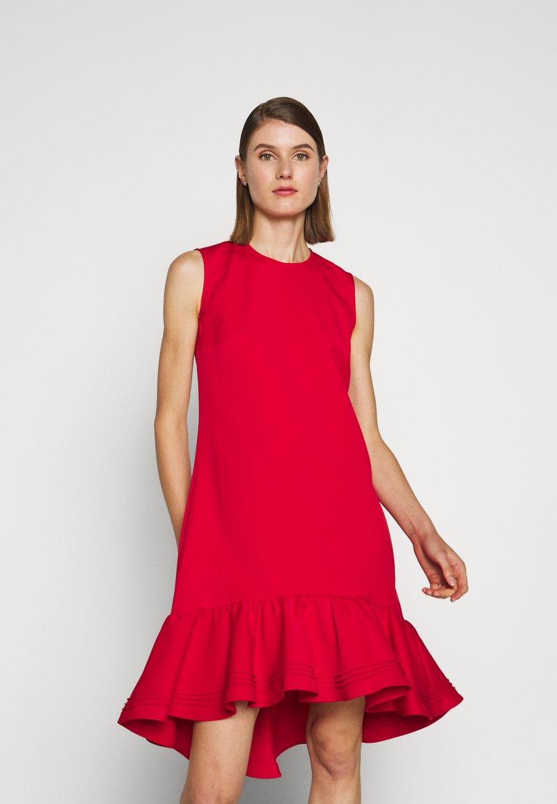 Victoria Victoria Beckham - PINTUCK FLOUNCE HEM SHIFT DRESS - Denní šaty - postbox red