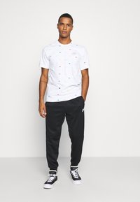 Nike Sportswear - REPEAT - Pantalon de survêtement - black/reflective silver - 1
