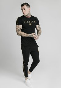 SIKSILK - PRESTIGE STRAIGHT GYM TEE - Triko s potiskem - black/gold - 1