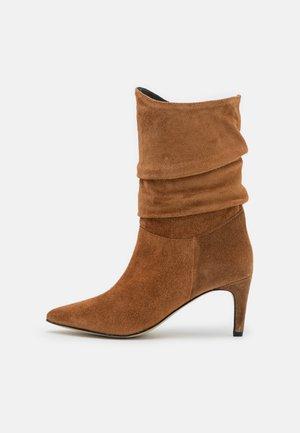 YASISA BOOTS - Botas - brown