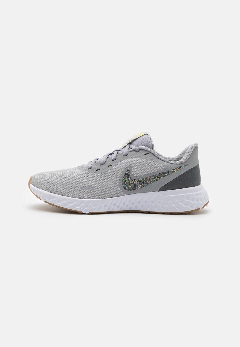 Nike Performance - REVOLUTION 5 PRM - Obuwie do biegania treningowe - wolf grey/photon dust/iron grey/white/light brown/high voltage