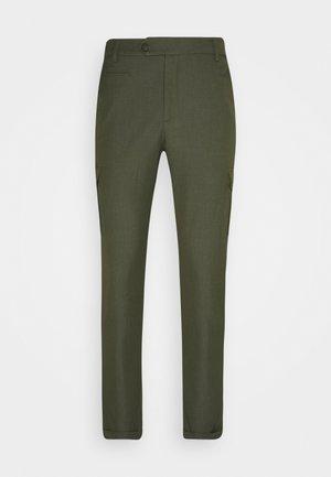 COMO PANTS - Pantalones cargo - deep forrest