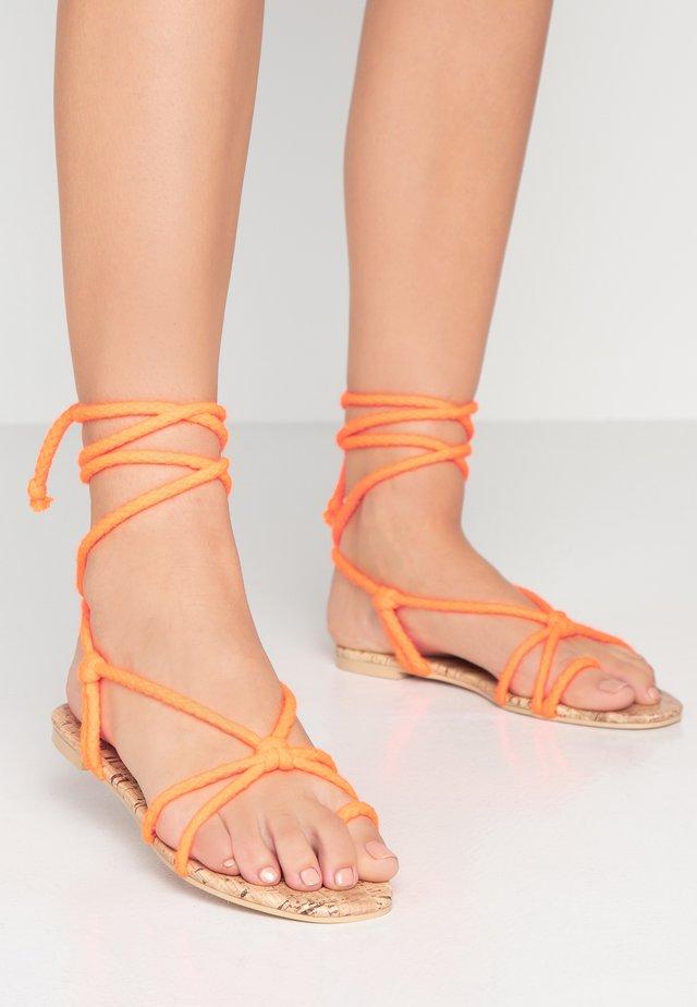 MOJITO - Sandály s odděleným palcem - orange
