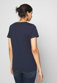Tommy Jeans - CHEST SIGN OFF V NECK TEE - Basic T-shirt - twilight navy - 2