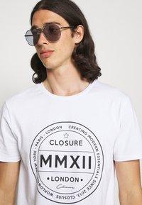 CLOSURE London - LOGO EMBLEM TEA - Print T-shirt - white - 3