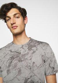 Theory - RACER TEE  - T-shirt imprimé - smoke - 5