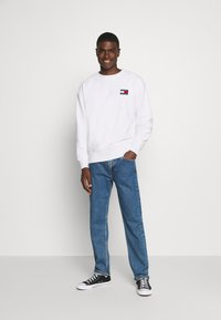 Tommy Jeans - BADGE CREW - Sweat polaire - white - 1