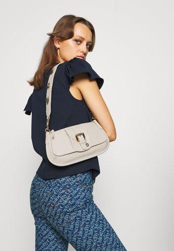 LESLY BAGUETTE - Handbag - cement beige