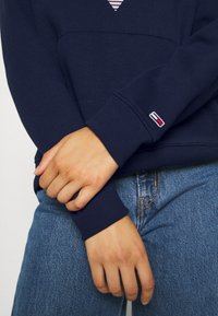 Tommy Jeans - MODERN LOGO HOODIE - Bluza z kapturem - twilight navy - 5