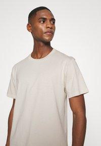 ARKET - T-shirt basic - beige dusty light - 5