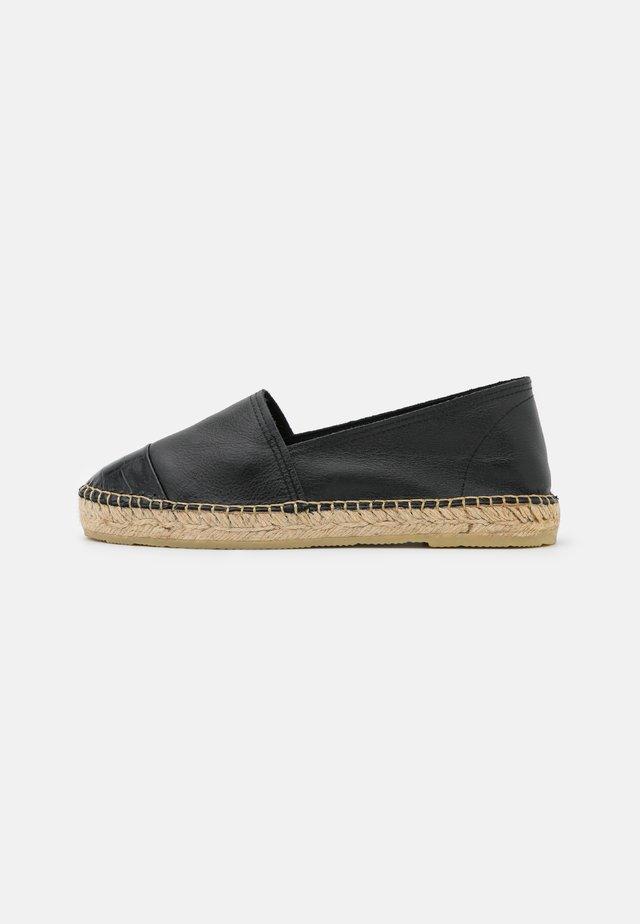 CLASSIC CAP - Loafers - noir