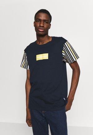 JORGUS TEE  - T-shirt z nadrukiem - navy blazer