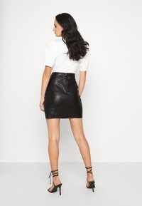 Vero Moda - VMNORARIO COATED SKIRT  - Blyantnederdel / pencil skirts - black - 2