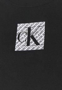 Calvin Klein Jeans - HOLOGRAM LOGO - Triko spotiskem - black - 5