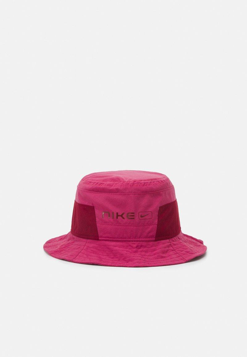 Nike Sportswear - CAP BUCKET UNISEX - Kapelusz - sweet beet/team red