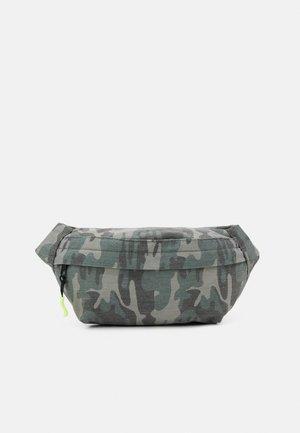 NKMDRAMO BELTBAG UNISEX - Across body bag - deep lichen green